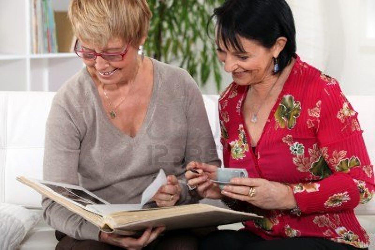 14203490-mujeres-mayores-con-album-de-fotos.jpg